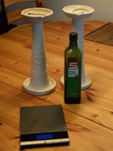 Unser Versuchszubehör: Lampen mit Dochten, Öl und Waage